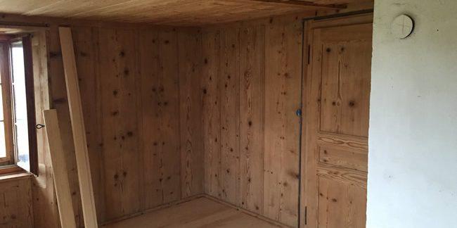 Chambre avec parois en bois après un aérogommage