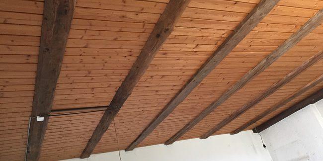 plafond en bois avant travaux d'aérogommage