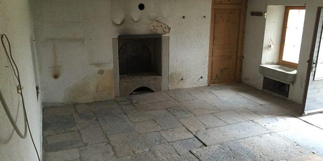 Maison après travaux de décapage. Travaux sur poutres, cheminée en pierre et sol en pierre.