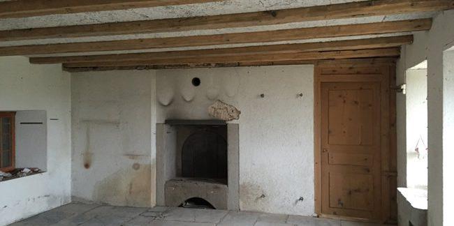 Maison après travaux d'aérogommage. Travaux sur poutres, cheminée en pierre et sol en pierre.