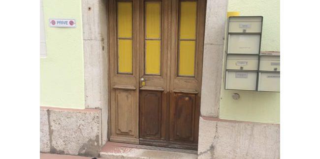 Décapage écologique sur une porte