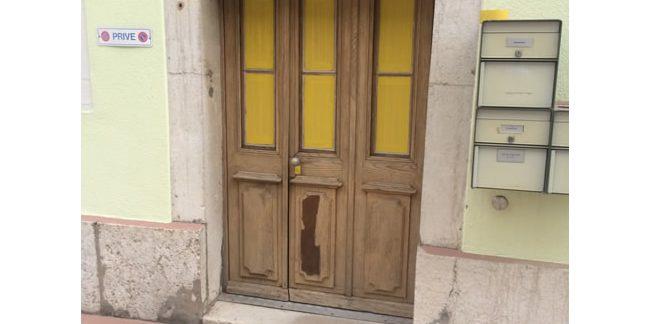 Aérogommage sur une porte